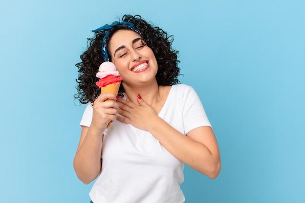 아이스크림과 함께 예쁜 아랍 여자
