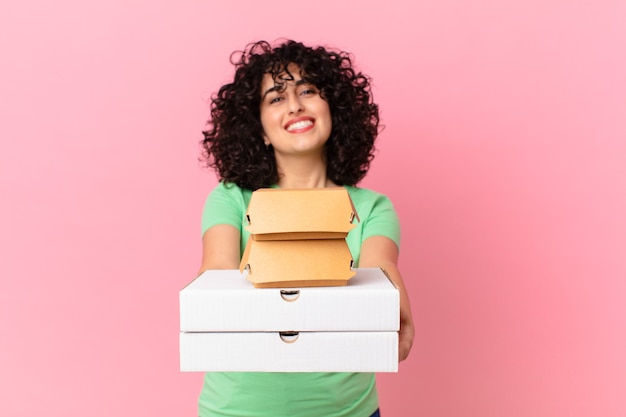 ファーストフードの箱を持ち帰るかなりアラブの女性