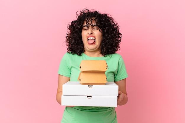 ファーストフードの箱を持ち帰るかわいいアラブの女性