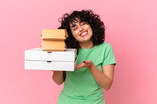 Довольно арабская женщина с коробками быстрого питания на вынос