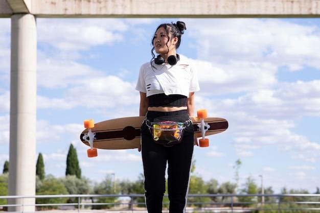 スケートボードの公園でかなりアジアの少女