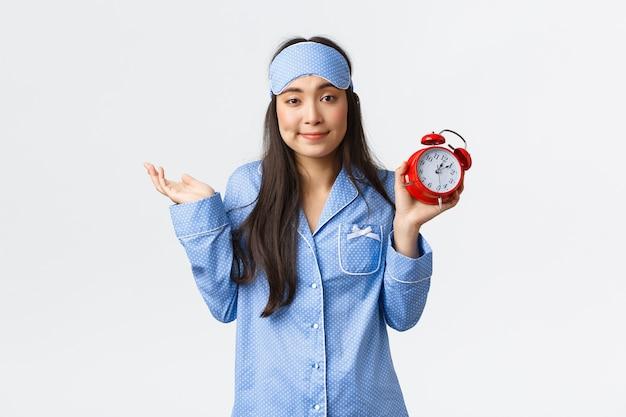 青いパジャマのポーズでかわいいアジアの女の子