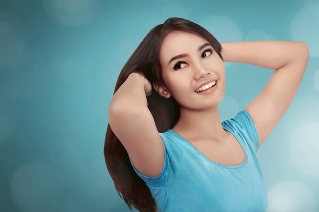 Довольно азиатская девушка улыбается