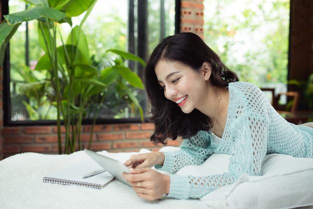 自宅で彼女の学校のプロジェクトに取り組んでいるかなりアジアの女の子