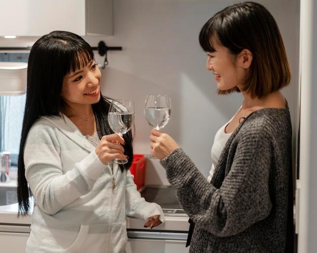一緒にワインを楽しむかわいいアジアの女の子