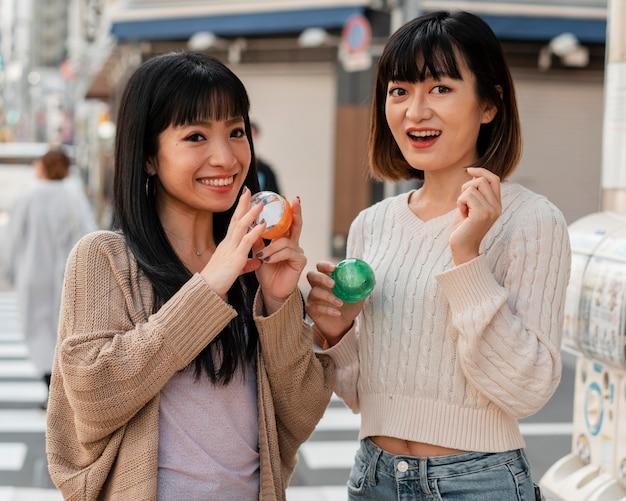 Довольно азиатские девушки счастливы вместе