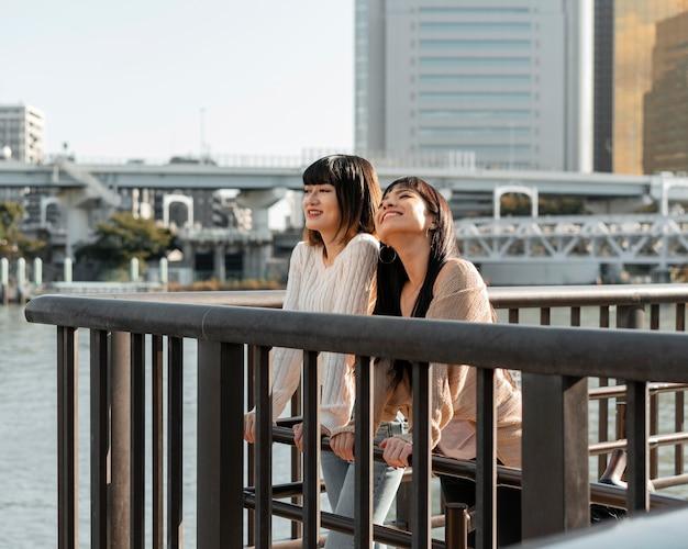 Довольно азиатские девушки позируют вместе