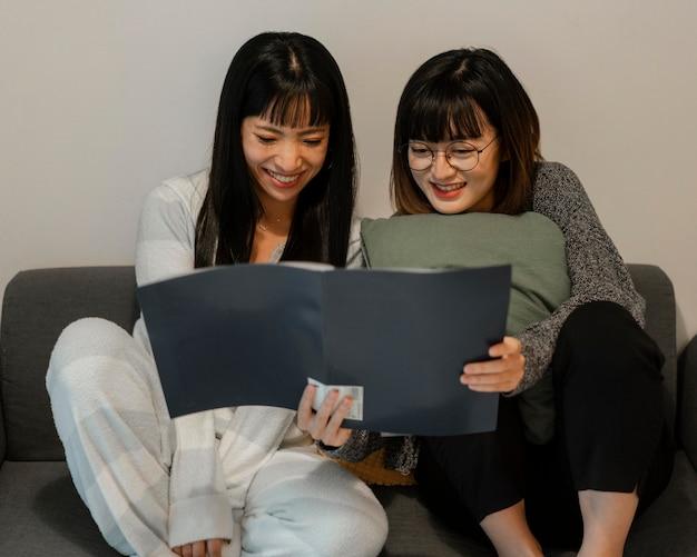 Довольно азиатские девушки читают вместе