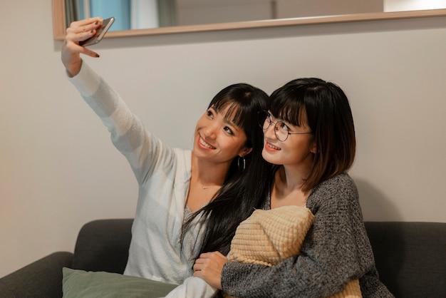 Довольно азиатские девушки, делающие селфи