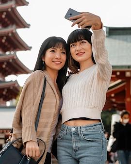 Ragazze abbastanza asiatiche che prendono un selfie
