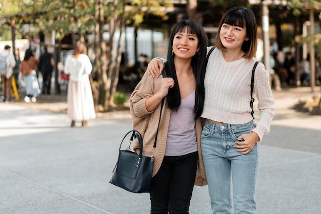 Ragazze abbastanza asiatiche insieme all'aperto