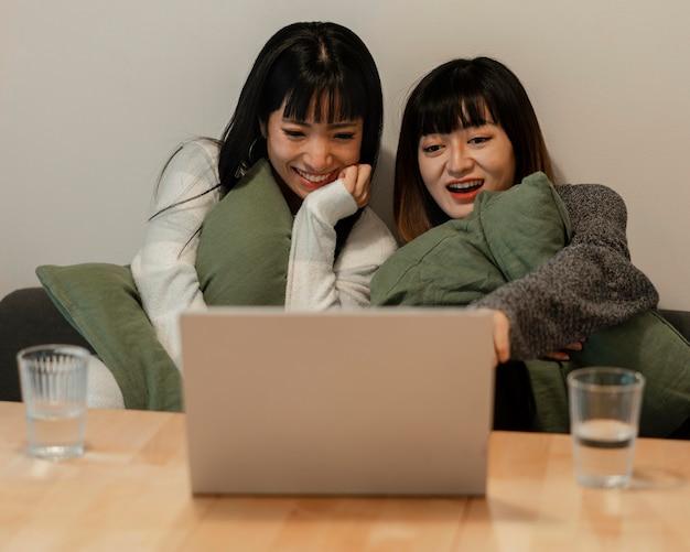 Довольно азиатские девушки смотрят фильм вместе