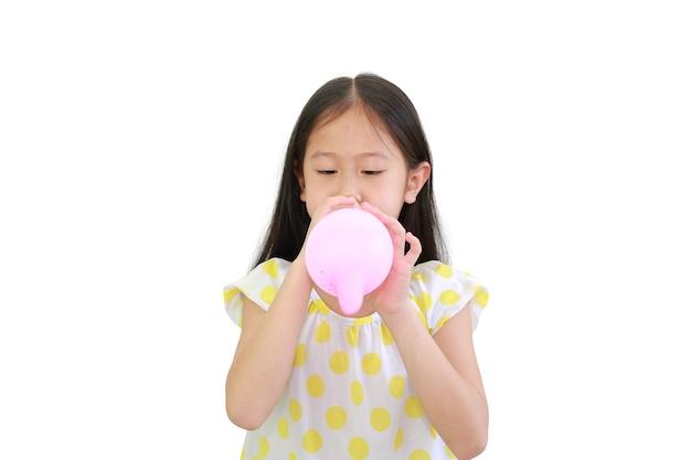 예쁜 아시아 어린 아이 소녀 흰색 배경에 고립 된 풍선 불고
