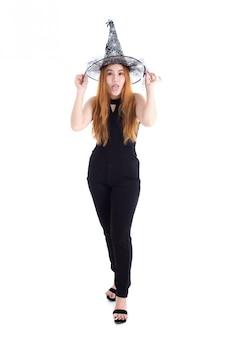 白い背景に分離されたハロウィーン祭りの魔女帽子をかぶっている黒のボディースーツでかなりアジアの女性。