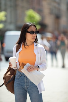 Довольно азиатская женщина, путешествующая в местном месте