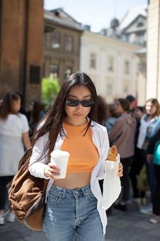 Donna abbastanza asiatica che viaggia in un posto locale