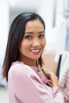 Милая азиатская женщина
