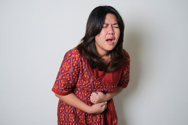 월경 기간 동안 통증을 느끼는 예쁜 아시아 젊은 여성