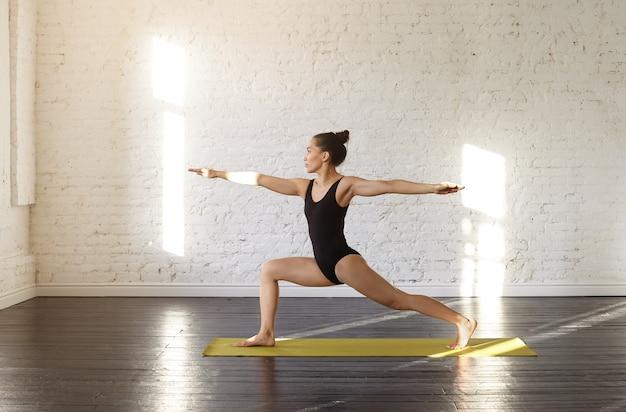 練習しているかなりアジアの若い女性