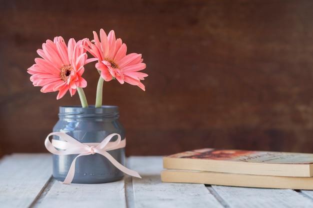 책과 꽃으로 예쁜 배경