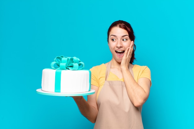 Женщина довольно пекарни с праздничным тортом