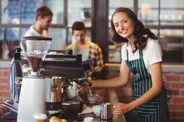 コーヒーを作るかなりのバーリスタ