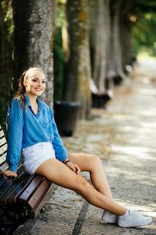 Giovane donna abbastanza bella che riposa nel parco