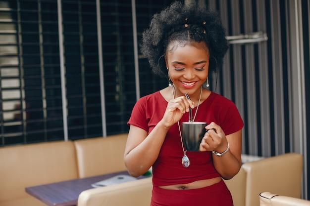 Красивая черная девушка в кафе