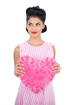 핑크 하트 모양의 베개를 들고 예쁜 검은 머리 모델