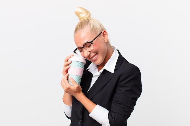 Довольно блондинка взрослых бизнесвумен с кофе на вынос