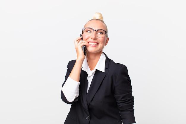 Довольно блондинка бизнесвумен со смартфоном