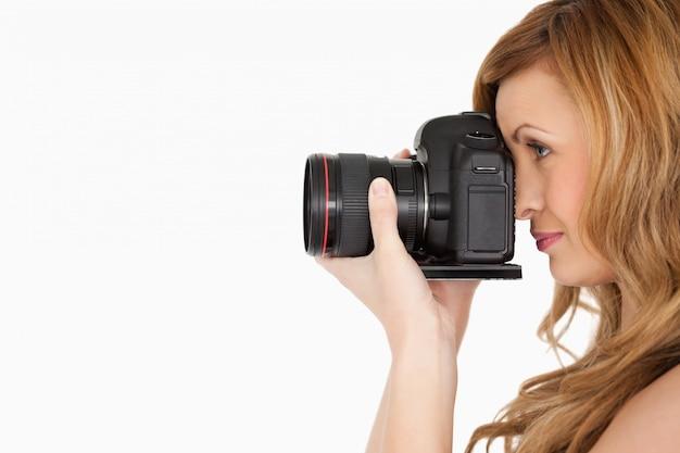 Довольно блондинка женщина с фото с камеры