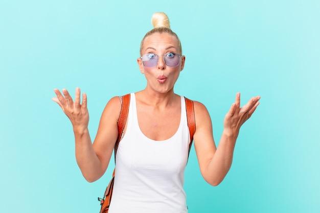 かなり金髪の女性は、信じられないほどの驚きに驚き、ショックを受け、驚きました。夏のコンセプト