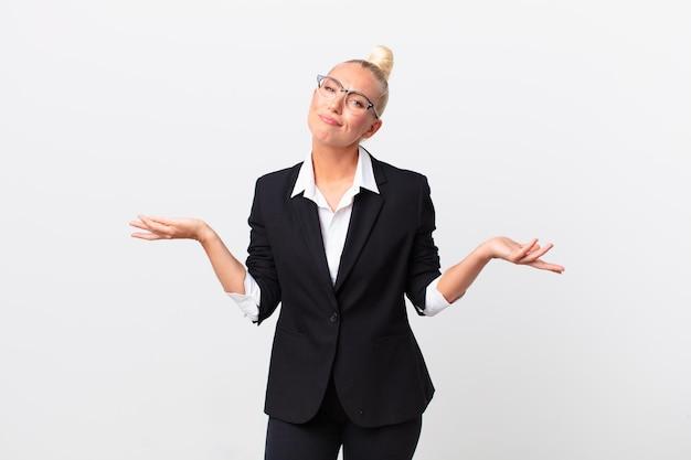 困惑し、混乱し、疑わしいと感じているかなり金髪の女性。ビジネスコンセプト