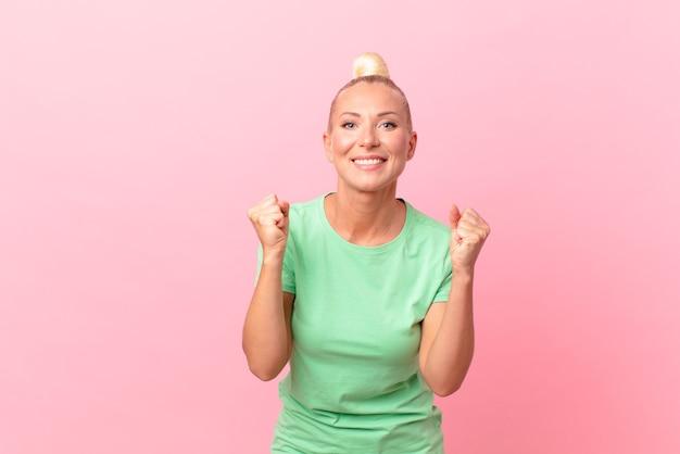 ショックを受け、笑い、成功を祝うかなり金髪の女性