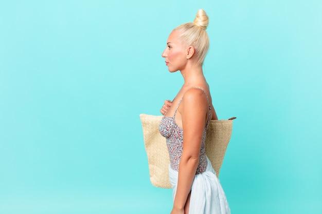 思考、想像、または空想にふけるプロフィールビューのかなり金髪の女性。夏のコンセプト