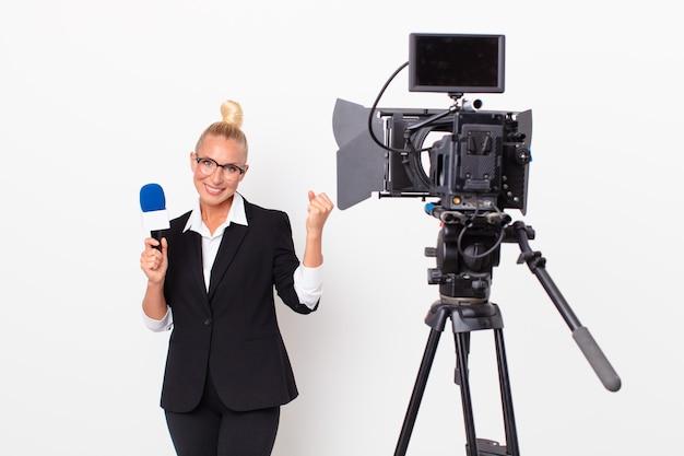 Довольно белокурая женщина агрессивно кричит с сердитым выражением лица и держит микрофон. концепция ведущего