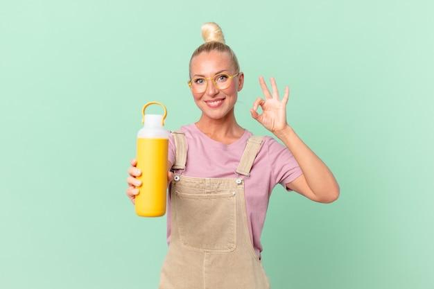 コーヒー魔法瓶を持つかなり金髪の女性