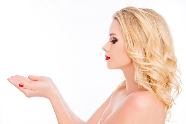 手にsmthを保持している赤い唇を持つかなり金髪の女性