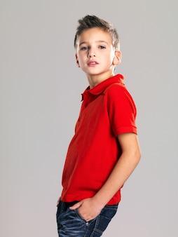 ファッションモデルを装ったかわいい男の子。