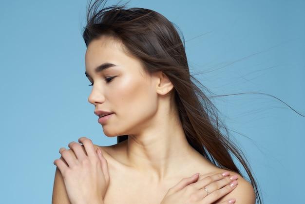 かなりブルネットの裸の肩は肌の魅力のクローズアップをクリアします