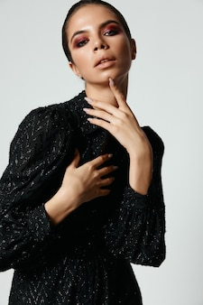 かなりブルネットの明るいメイクグラマーブラックドレスモデル