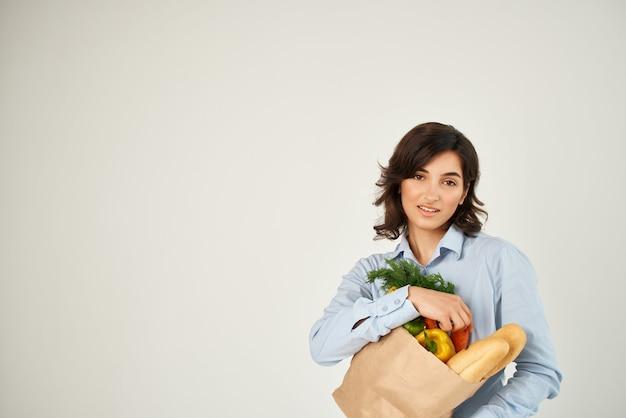 파란색 셔츠 식료품 가방 유기농 식품에 예쁜 갈색 머리