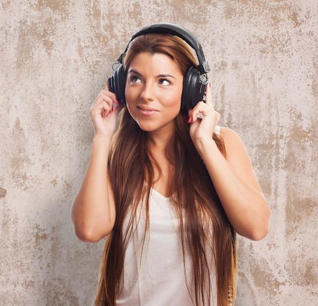 Piuttosto bruna di ascolto musica in cuffia