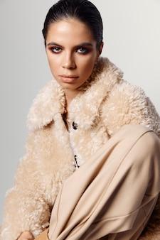 かなりブルネットの化粧顔ファッションのクローズアップ