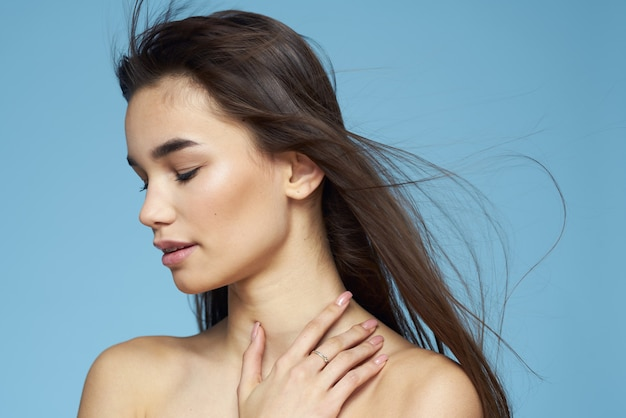 예쁜 갈색 머리 벗은 어깨 긴 머리 피부 관리 파란색.