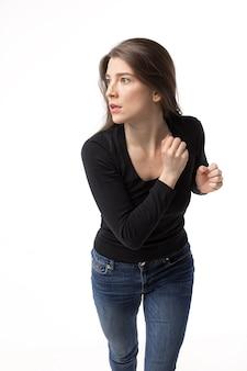 怖くて集中して走っているかなりブルネットの女性。
