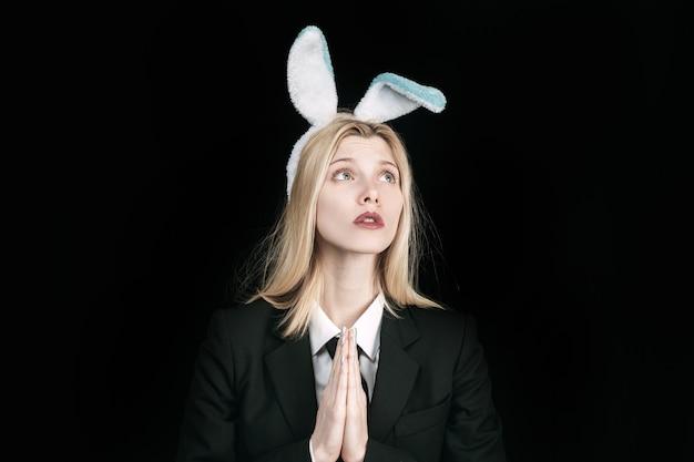 Симпатичная девочка-кролик, подмигивая и высунув язык. сексуальная белокурая девушка с кружевными ушками зайчика. женщина кролик пасха