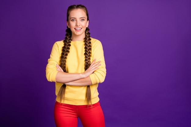 Красивая бизнес-леди с длинными косами прическа скрестив руки уверенный в себе человек носить белую повседневную одежду изолированный фиолетовый яркий цвет стена