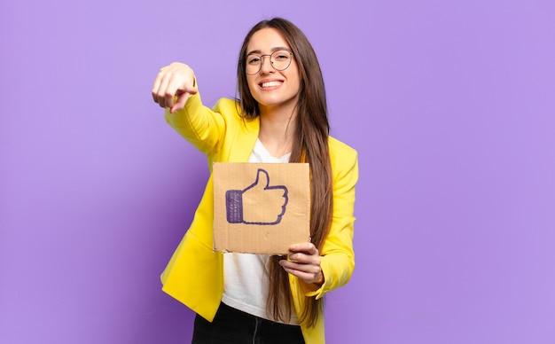 シンボルのようなソーシャルメディアを保持しているかわいい実業家